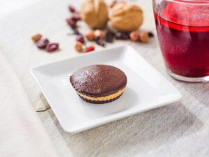 Bombom de chocolate Callebaut 70% recheado com pasta de amendoim integral.