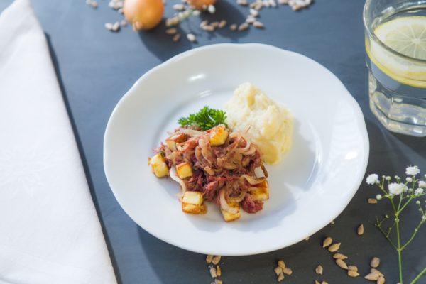 Carne seca acebolada com pure de coube flor e queijo coalho tostado