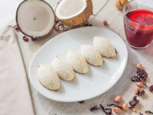 Cocadas encobertas com coco ralado, servidas em um prato branco.