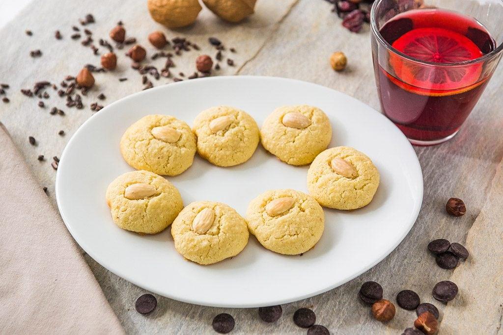 7 unidades de cookies de amêndoa decorados também com amêndoa.