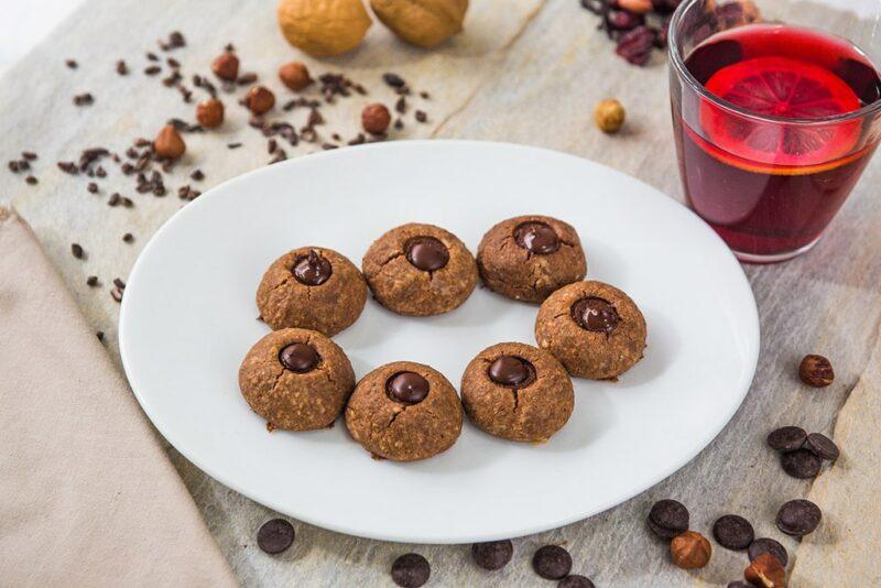 Foto do produto: Cookie de chocolate. Prato com sete cookies, crocantes por fora e com uma gota de chocolate bem no meio.
