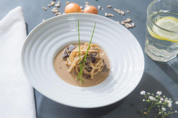 Espaguete de pupunha ao molho de funghi seco