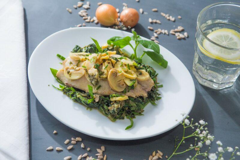 File de tilapia com champignon e alcaparra acompanhado de espinafre