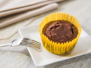 Mini bolo de brownie com uma forminha amarela.