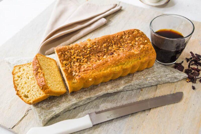 Pão low carb com castanhas fatiado.