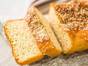 Pão low carb com gergelim focado e fatiado