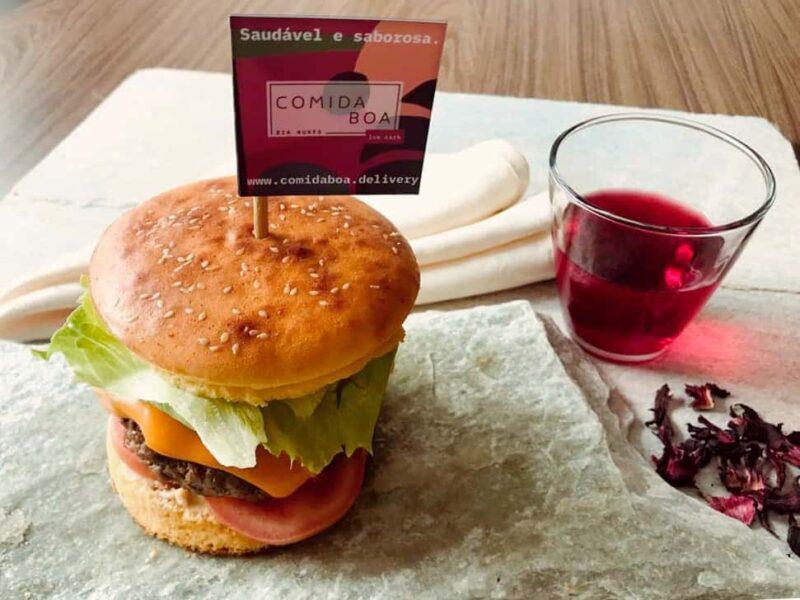 Hambúrguer completo com plaquinha Comida Boa