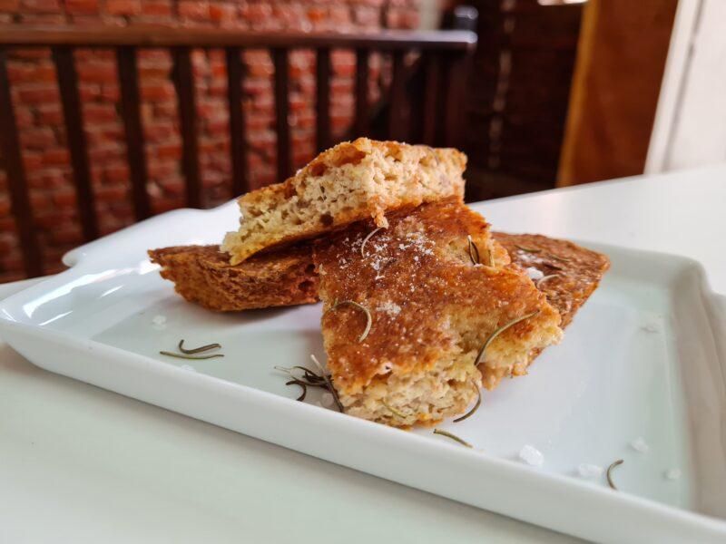 Fogaça low carb de alecrim com sal grosso