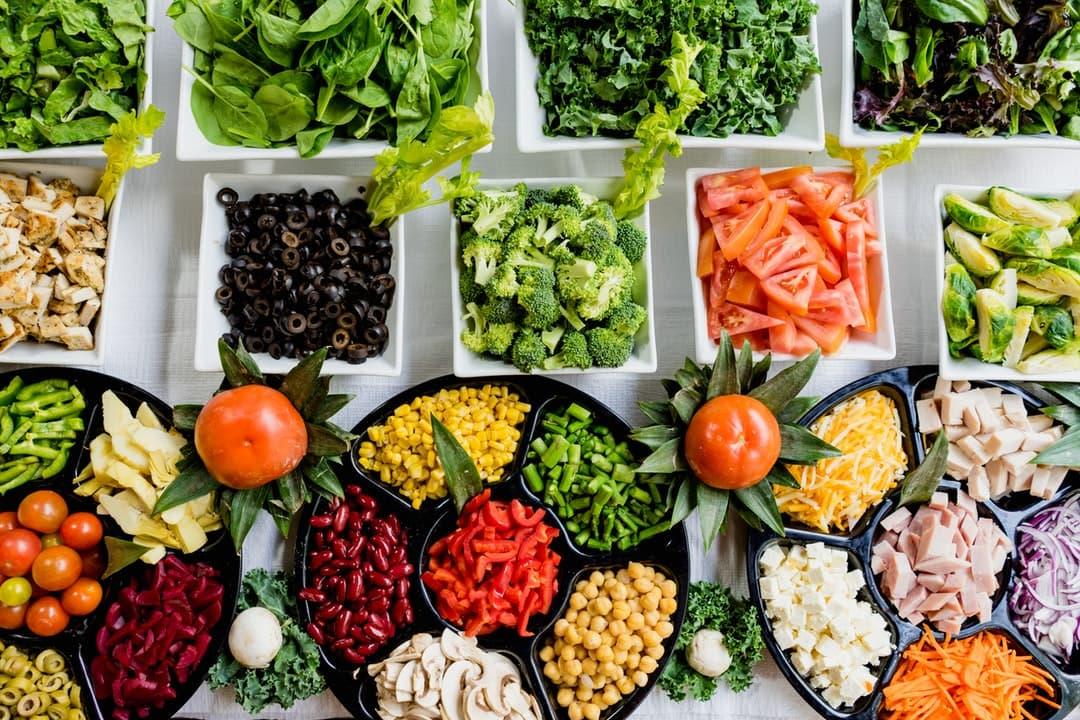 Diversos alimentos low carb, como vegetais, legumes, frutas e queijo