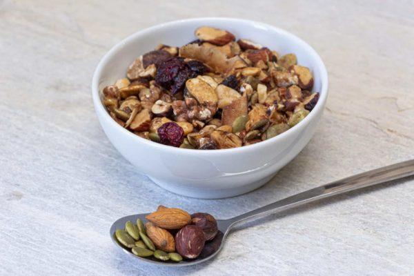 Granola doce low carb preparada com castanhas, frutas secas e sementes.