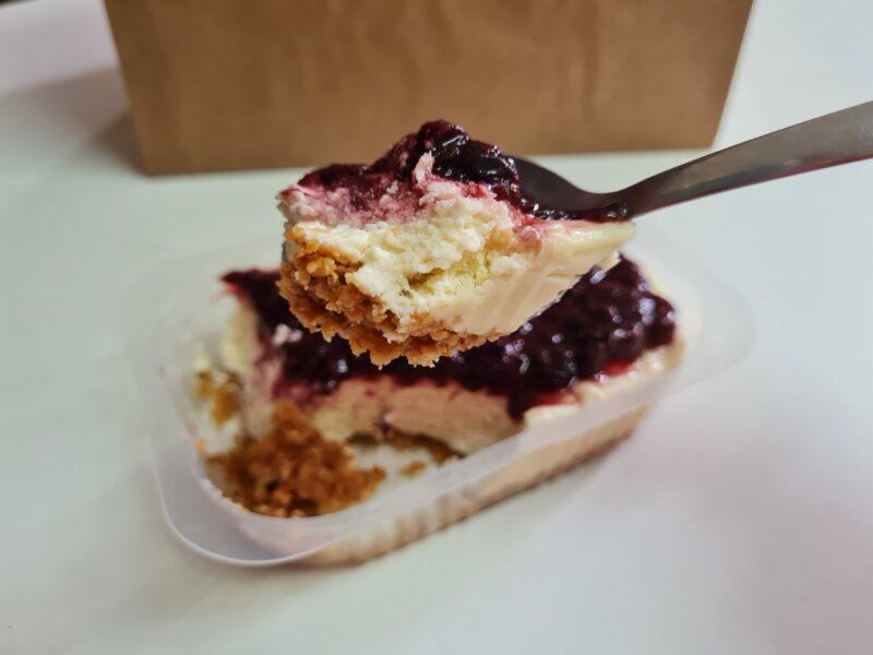 cheese cake low carb com calda de frutas vermelhas