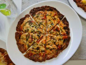 pizza low carb de tomate seco com muçarela de búfala e pesto