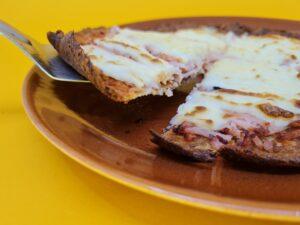 pizza low carb de peito de peru e requeijão