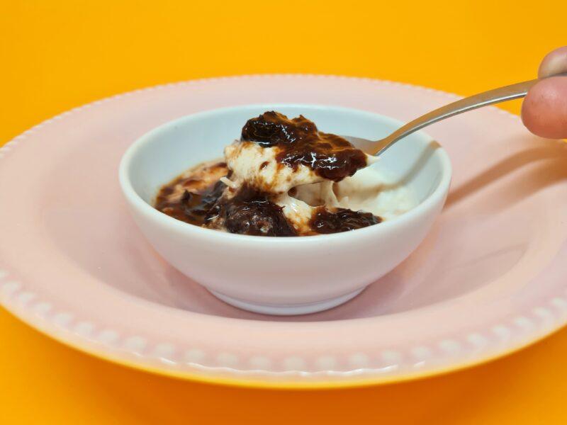 manjar low carb de coco com calda de ameixa