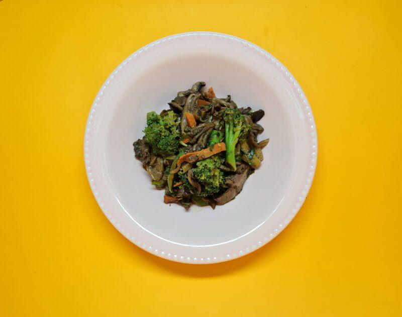 salteado oriental com cogumelos e legumes